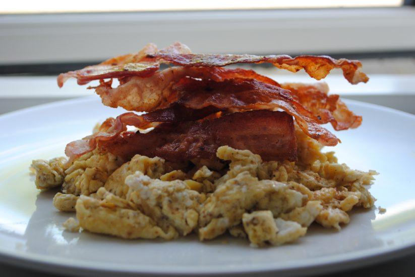 Smørstegte scrambled eggs med bacon