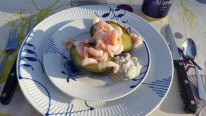 fyldt avokado med rejer og krydderurtedressing
