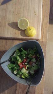 Opskrift på syrlig salat med guacamole