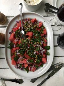 Vandmelonsalat med rødløg og persille